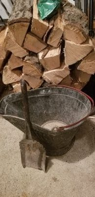 Ash bucket with shovel